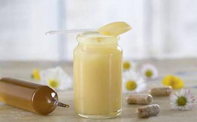 ملکه زنبور عسل با رویال ژلی 110 برابر زنبور کارگر عمر میکند .