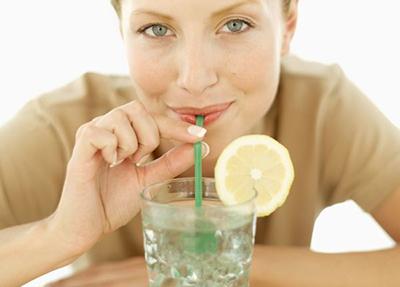 نوشیدن آب سرد با نی می تواند جایگزین عمل پک زدن به سیگار شود