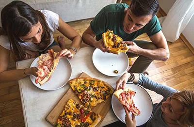 در رستوران غذای خود را با همسر یا دوستتان تقسیم کنید